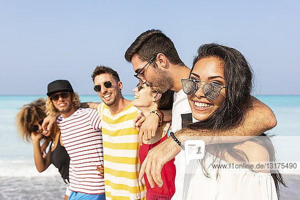 Gruppe von Freunden beim Spaziergang am Strand