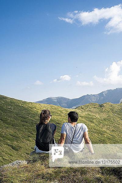 Bulgarien  Balkangebirge  auf dem Aussichtspunkt sitzendes Ehepaar  Rückansicht