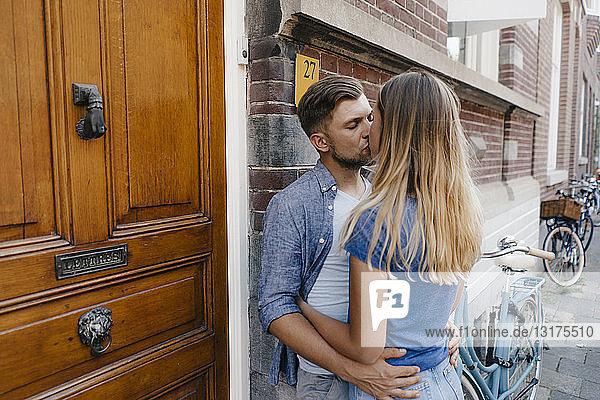 Zärtliches junges Paar küsst sich in der Stadt