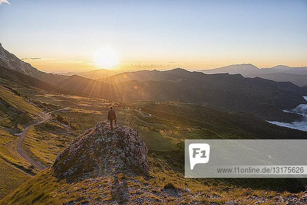 Italien  Umbrien  Sibillini-Nationalpark  Wanderer bei Sonnenaufgang auf Aussichtspunkt stehend