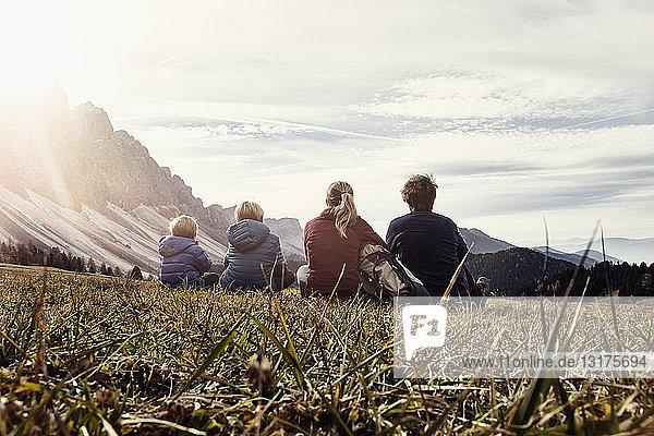 Italien  Südtirol  Geissler-Gruppe  Familienwandern  auf der Wiese sitzen