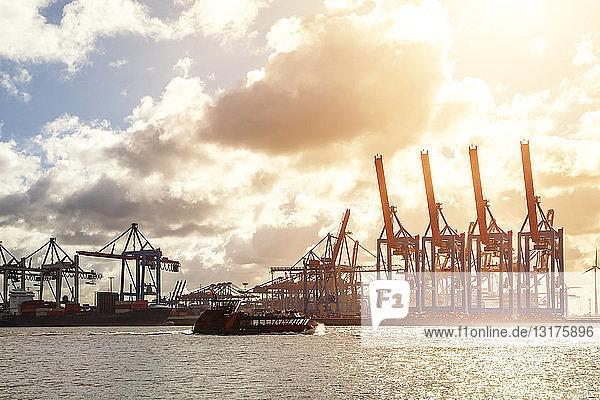 Deutschland  Hamburg  Kräne im Hafen