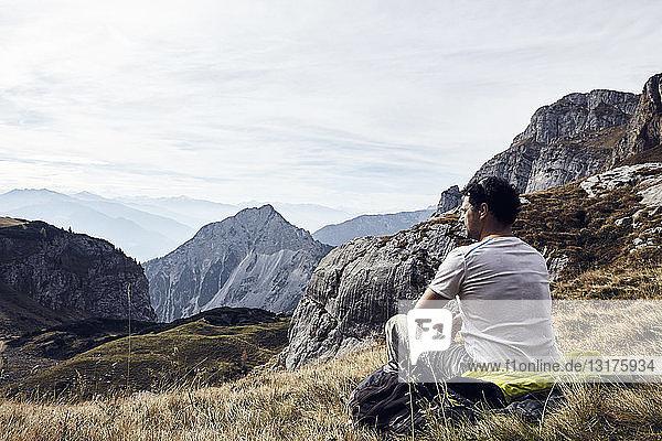 Österreich  Tirol  Rofangebirge  Wanderer bei einer Pause