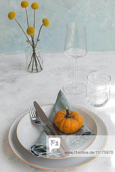 Herbstliche Tischdekoration mit dekorativem Kürbis