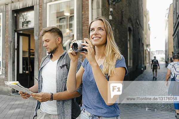 Niederlande  Maastricht  junges Paar erkundet die Stadt