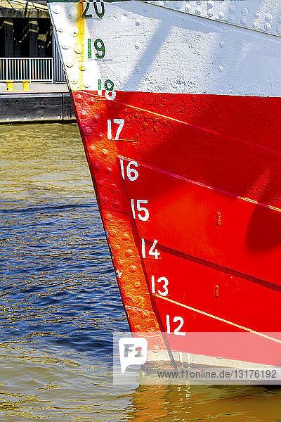 Deutschland  Hamburg  Wasserstand am Bug eines Schiffes
