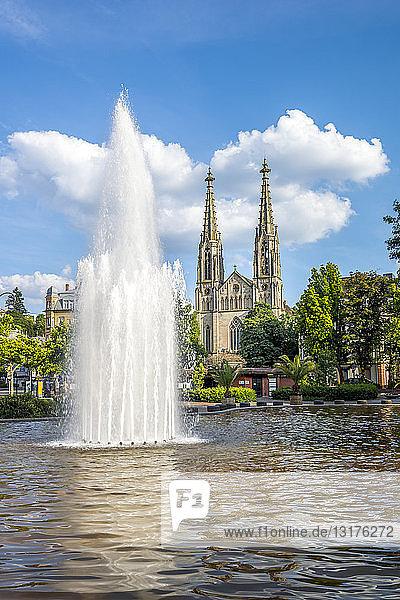 Deutschland  Bayern  Bamberg  Augustaplatz und Pfarrkirche  Brunnen im Vordergrund