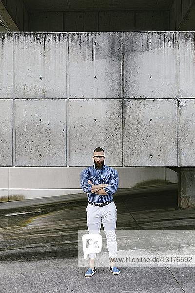 Bärtiger Hipster-Geschäftsmann mit gekreuzten Armen