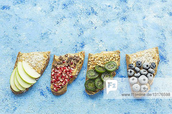 Reihe von Brotscheiben mit verschiedenen Belägen