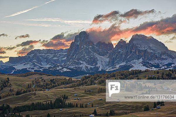Italien  Südtirol  Seiser Alm  Langkofel und Plattkofel bei Sonnenaufgang