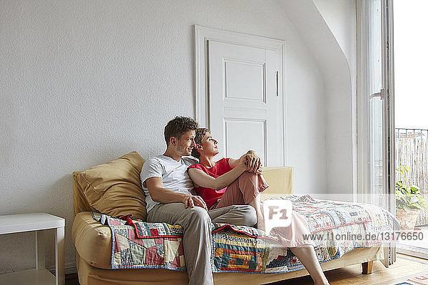 Entspanntes Paar sitzt zu Hause auf der Couch