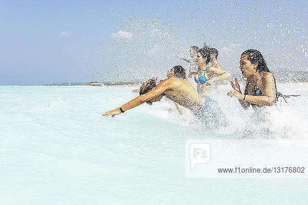 Freunde haben Spaß am Meer