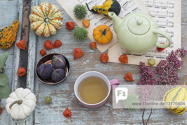 Herbstliche Tischdekoration mit dekorativen Kürbissen  chinesische Laternen