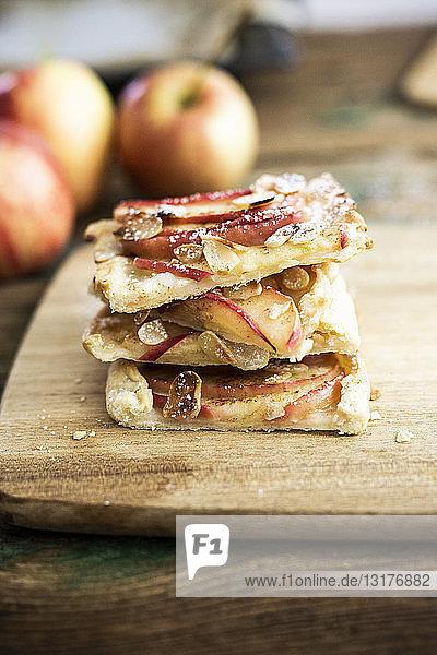 Stapel selbstgebackener Apfelkuchen in Scheiben