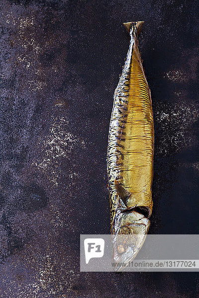 Geräucherte Makrele auf rostigem Boden