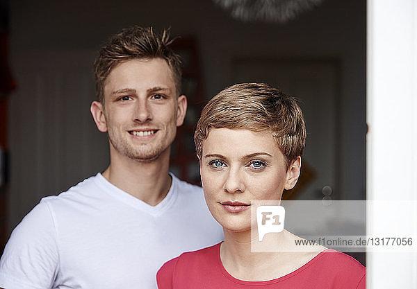 Porträt eines lächelnden Paares zu Hause