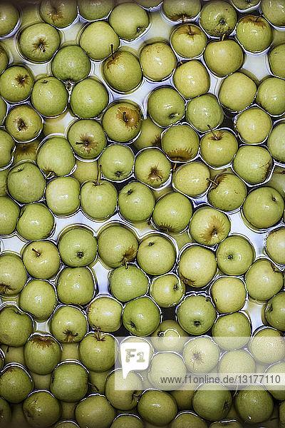 Grüne Äpfel im Wasser