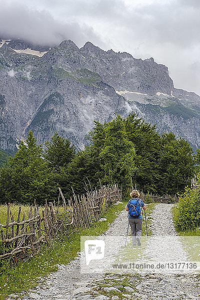 Albanien  Shkoder County  Albanische Alpen  Theth-Nationalpark  Theth  Wanderin