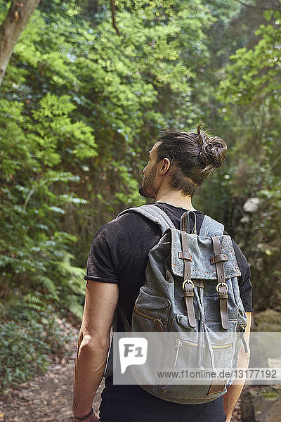 Spanien  Kanarische Inseln  La Palma  Mann mit Rucksack in einem Wald
