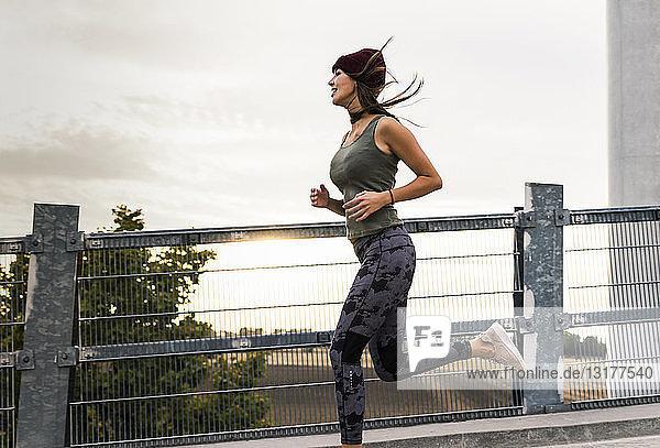 Junge Frau joggt am Morgen