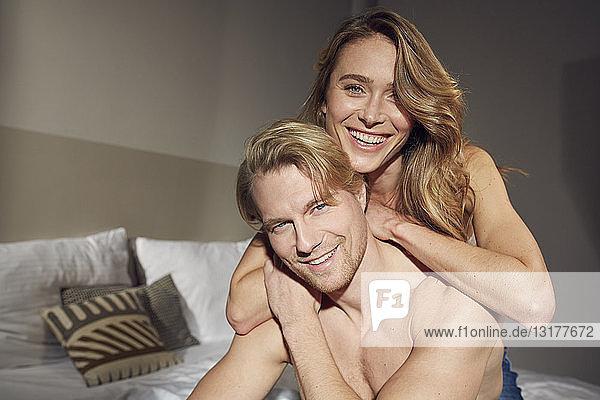 Porträt eines verliebten  glücklichen Paares im Schlafzimmer