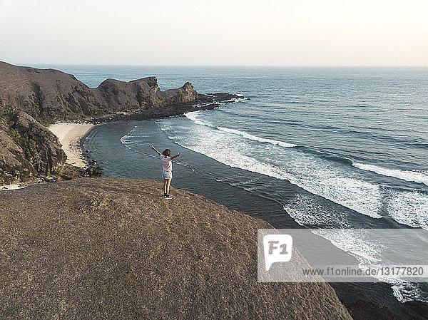 Indonesien  Lombok  junge Frau an der Küste