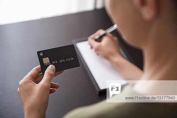 Nahaufnahme einer handgehaltenen Kreditkarte