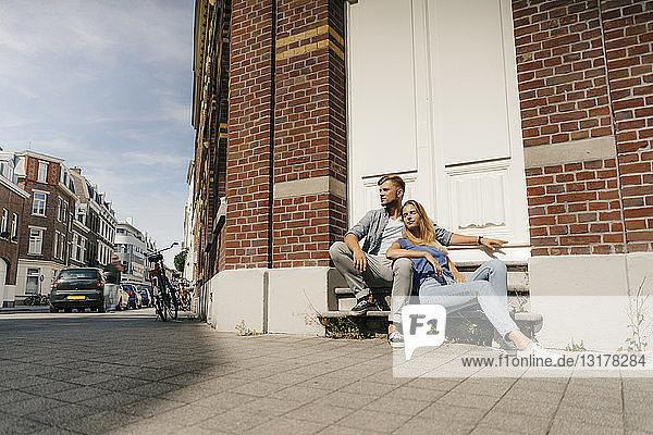 Niederlande  Maastricht  junges Paar bei einer Pause in der Stadt