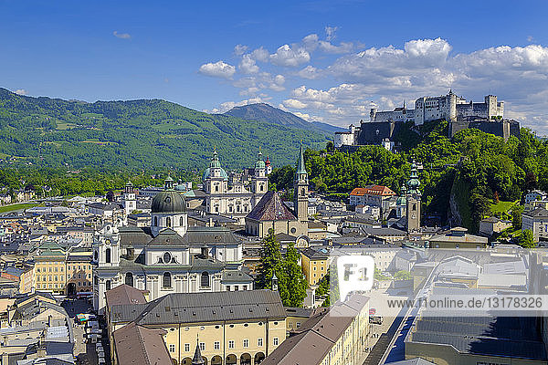 Österreich  Land Salzburg  Salzburg  Blick vom Mönchsberg  Altstadt mit Stiftskirche  Dom und Festung Hohensalzburg