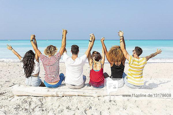 Freunde machen eine Pause  sitzen am Strand