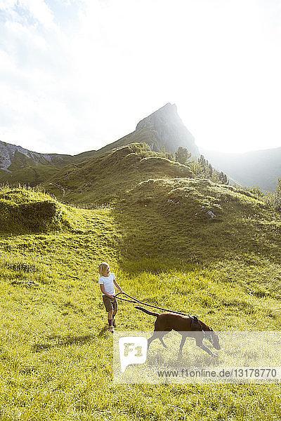 Österreich  Südtirol  junges Mädchen wandert mit Hund