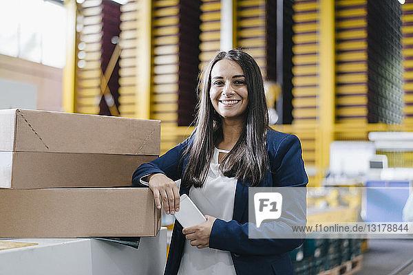 Junge Frau arbeitet im Vertriebslager
