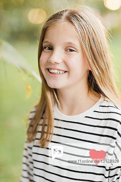 Porträt eines lächelnden blonden Mädchens