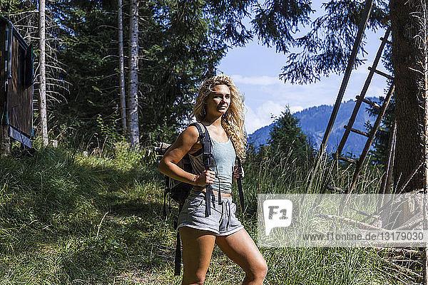 Deutschland  Bayern  Oberammergau  junge Frau auf einer Wanderung in den Bergen
