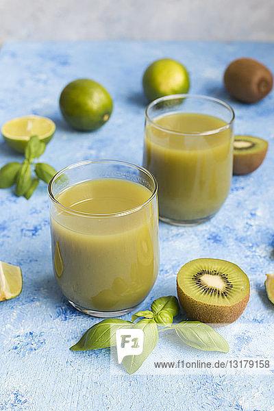 Gläser mit Kiwi-Limettensaft