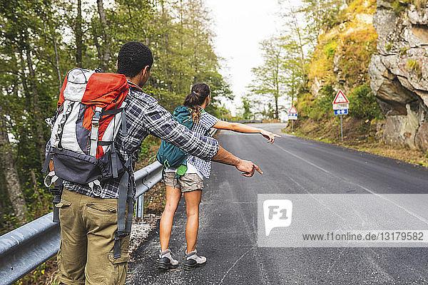 Italien  Massa  trampendes Ehepaar auf einer Straße in den Alpi Apuane