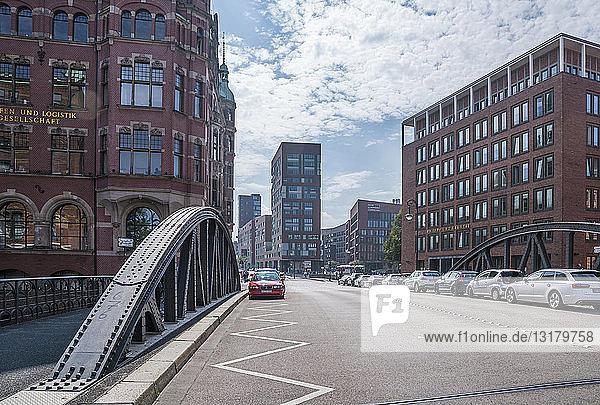 Deutschland  Hamburg  Speicherstadt  Gebäude der Hamburger Hafen und Logistik AG links