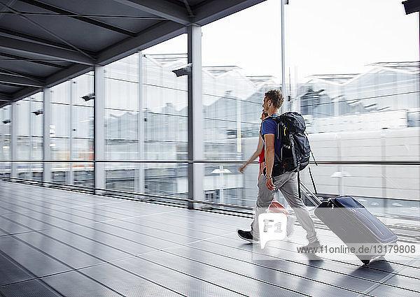 Ehepaar zu Fuß schnell am Flughafen