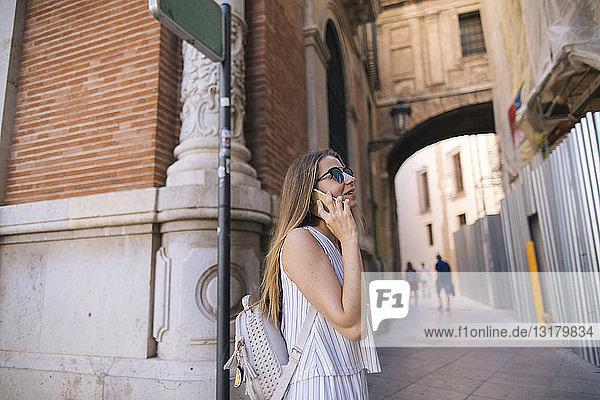 Spanien  Valencia  Frau am Telefon in der Stadt
