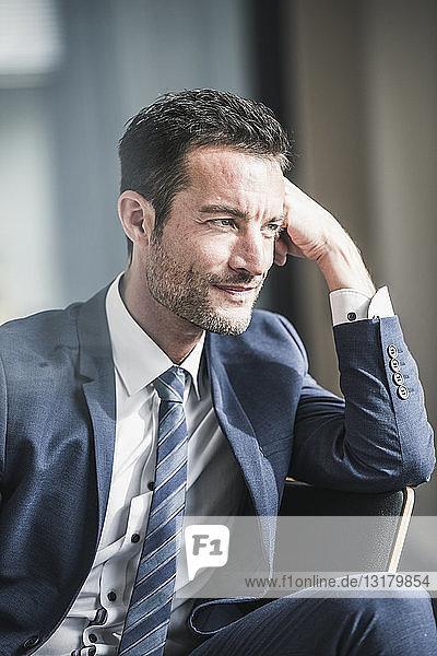 Porträt eines erfolgreichen Geschäftsmannes  den Kopf auf der Hand