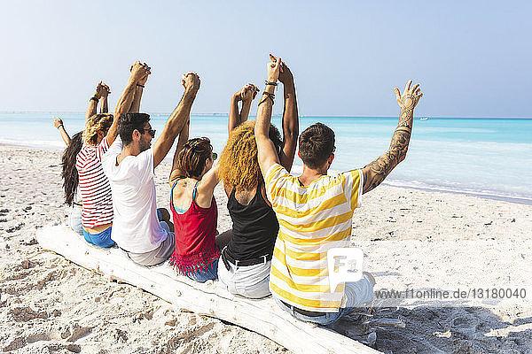 Freunde machen eine Pause,  sitzen am Strand