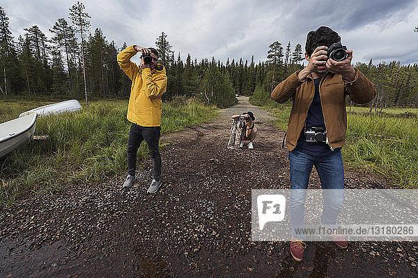 Finnland  Lappland  Fotografen  die in ländlicher Landschaft fotografieren