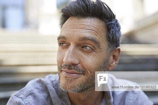 Porträt eines reifen Mannes mit Stoppeln  der etwas beobachtet