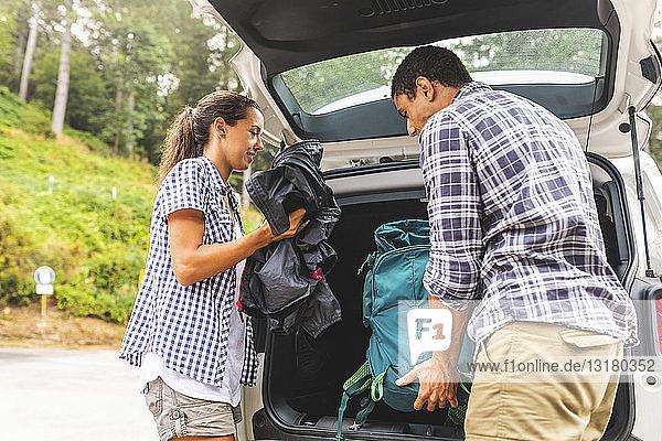 Italien  Massa  Ehepaar  das die Taschen aus dem Auto nimmt  bereit zum Wandern in den Alpi Apuane