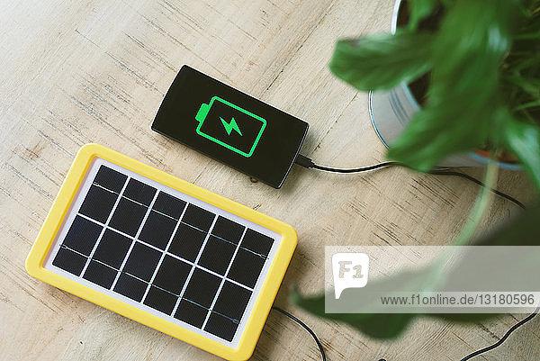 Technologie für erneuerbare Energien  Solarpanel zum Aufladen der Batterie eines Mobiltelefons Technologie für erneuerbare Energien, Solarpanel zum Aufladen der Batterie eines Mobiltelefons