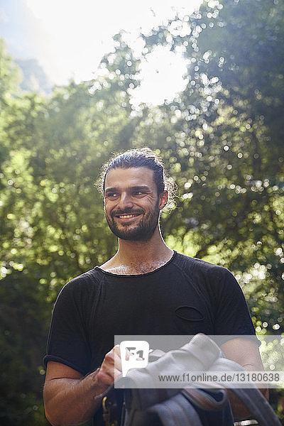 Spanien  Kanarische Inseln  La Palma  lächelnder Wanderer mit Rucksack in einem Wald