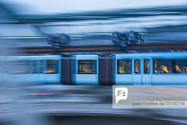 Deutschland  Wuppertal  Seitenansicht der Oberleitung im neuen hellblauen Design