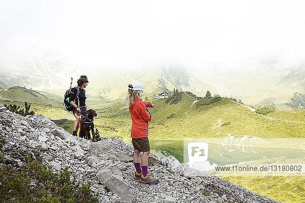 Österreich  Südtirol  Mutter  Tochter und Hund auf Wanderweg