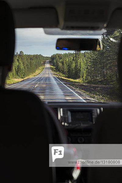 Finnland  Lappland  Innenansicht eines Autofahrers in einer ländlichen Landschaft
