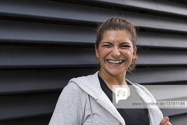 Porträt einer lachenden jungen Frau